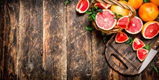 Gesneden stukken van grapefruit met een mes royalty-vrije stock afbeelding