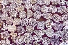 Gesneden symbolen, bladeren, zon, vissen op houten oppervlakte van blokken voor traditionele druktextiel Populair ontwerp in Indi Royalty-vrije Stock Fotografie