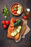 Gesneden tomaat en komkommer op scherpe raad Royalty-vrije Stock Afbeelding