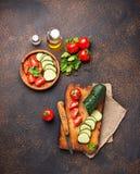 Gesneden tomaat en komkommer op scherpe raad Stock Foto