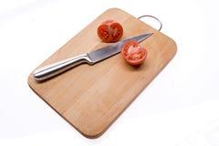 Gesneden tomaat op de raad. Royalty-vrije Stock Afbeelding