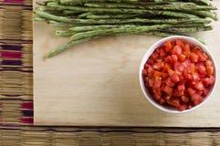 Gesneden tomaat in witte plaat royalty-vrije stock afbeelding