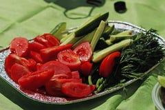 Gesneden tomaten en komkommers op een dienblad stock afbeelding