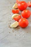 Gesneden tomaten en uien op een grijze achtergrond Royalty-vrije Stock Foto's