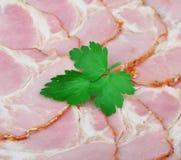 Gesneden varkensvleesbacon met peterselie Stock Afbeeldingen