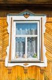 Gesneden venster in oud Russisch buitenhuis Stock Afbeelding