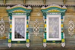 Gesneden venster in oud Russisch houten buitenhuis royalty-vrije stock foto