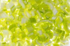 Gesneden verse groene selderie, die op witte achtergrond wordt geïsoleerd stock fotografie