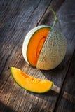 Gesneden verse zoete meloen op houten raad Orang-oetantextuur en juic royalty-vrije stock afbeelding