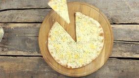 Gesneden vier kaaspizza stock footage