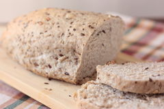 Gesneden volkorenbrood met zaden Stock Foto's