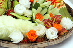 Gesneden vruchten en groenten in de mand Royalty-vrije Stock Afbeelding