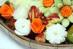 Gesneden vruchten en groenten in de mand Royalty-vrije Stock Afbeeldingen