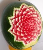 Gesneden watermeloen met bloem stock foto's