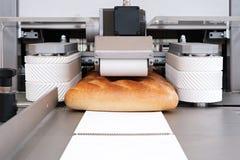 Gesneden wit brood in een snijmachine stock afbeeldingen