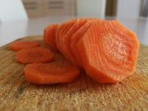 Gesneden wortel op een scherpe raad Stock Afbeelding
