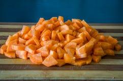 Gesneden wortelen op een scherpe raad voor het koken Royalty-vrije Stock Afbeeldingen