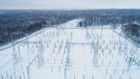 Gesneeuwd grondgebied van de post van de hoogspanningselektriciteit stock videobeelden