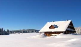 Gesneeuwd huis in de bergen Royalty-vrije Stock Foto