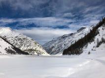 Gesneeuwd Livigno-meer in de winter royalty-vrije stock foto's