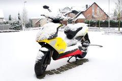 Gesneeuwde autoped Stock Afbeelding