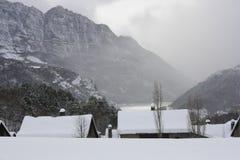 Gesneeuwde bergen, Tramacastilla DE Tena, de Pyreneeën Royalty-vrije Stock Fotografie