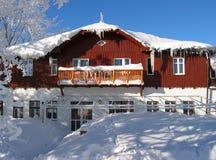 Gesneeuwde herberg in de bergen Royalty-vrije Stock Afbeelding