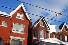 Gesneeuwde huizen in de stad binnen van de binnenstad Stock Foto