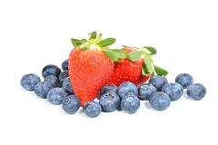 Geïsoleerde aardbeien en Bosbessen Royalty-vrije Stock Afbeelding