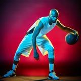 Geïsoleerde de mens van de basketbalspeler Royalty-vrije Stock Fotografie