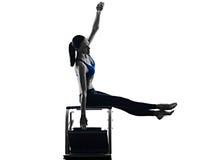 Geïsoleerde de oefeningengeschiktheid van de vrouwen pilates stoel Stock Afbeeldingen