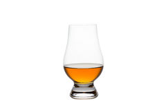 Geïsoleerde Whisky in Crystal Tasting Glass Stock Afbeeldingen