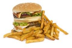 Geïsoleerdes hamburger met gebraden gerechten Stock Fotografie