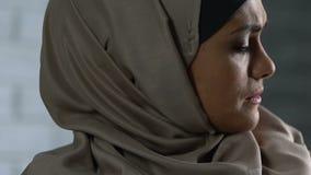 Gesorgte moslemische Frau, die an Probleme, glaubende Verzweiflung und Einsamkeit, Schande denkt stock footage