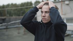 Gesorgter junger Mann verwirrte das Denken an Entscheidung stock video footage