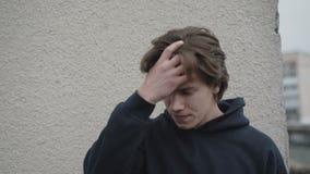 Gesorgter junger Mann verwirrte das Denken an Entscheidung 4K stock video footage
