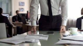Gesorgter Manager, der auf der Tabelle, frustriert nach Telefongespr?ch, Probleme bei der Arbeit sich lehnt lizenzfreies stockfoto