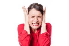 Gespannen jonge vrouw die oren behandelen om het luisteren aan problemen te weigeren royalty-vrije stock fotografie