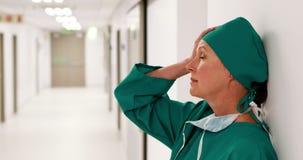 Gespannen vrouwelijke chirurg die zich in gang bevinden stock footage