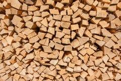 Gespeichertes hartes Holz geschnitten für Feuerplatz Stockfoto