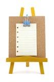 Gespelde nota over corkboard met houten tribune Stock Foto