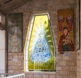 Gespendete Ikonen auf den Wänden im Hof der Basilika der tDonated Ikonen auf den Wänden im Hof der Basilika von Stockfotos