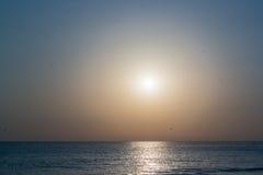 Gespensterhafter Sonnenuntergang auf dem Meer Stockbild