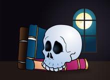 Gespenstisch ein Schädel auf leeres Buch Stockbilder
