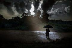 Gespenstische Frau, die auf dem gruseligen See steht lizenzfreie stockfotografie