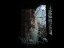 Gespenstische Frauenfigur in den Ruinen durch Mondschein Lizenzfreie Stockbilder
