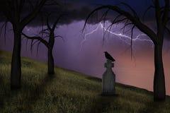 Gespenstische Krähe auf einem Grundstein in einem Friedhof Stockbild