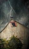 Gespenstischer alter Stall mit Krähen auf einer stürmischen Nacht Lizenzfreie Stockfotografie