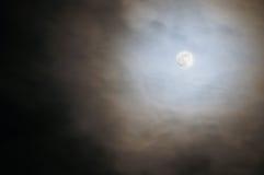Gespenstischer bewölkter Vollmond Stockfotografie