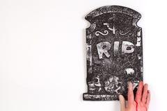 Gespenstischer Friedhof mit der Zombiehand, die aus den Boden herauskommt Lizenzfreies Stockbild